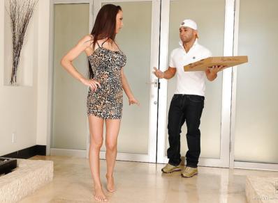 Motoboy entregou a pizza e fodeu a cliente